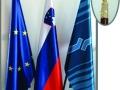 leseno-stojalo-s-tremi-drogovi-in-zastavami-2